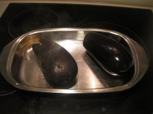 Berenjena con la piel tostada por el soplete