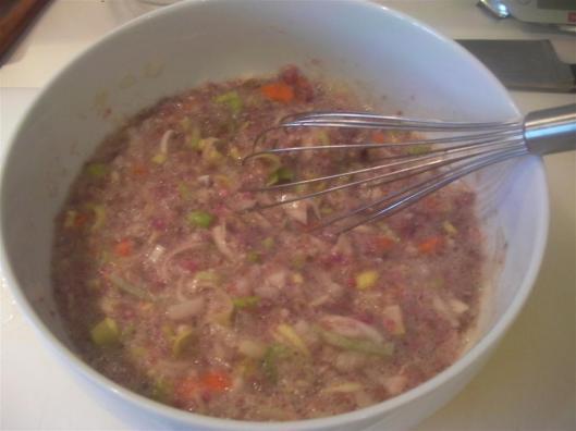 Preparando la mezcla de claras y carne