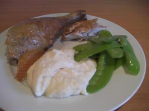 Pollo asado, emplatado con puré de apio-nabo y tirabeques
