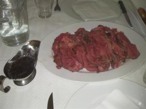 Roast beef sous-vide en bandeja y salsa