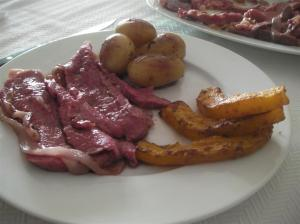 Roast Beef sous-vide emplatado con patatas nuevas y calabaza asada