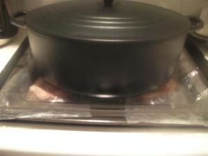 Aplanando los filetes de pollo entre dos bandejas de horno