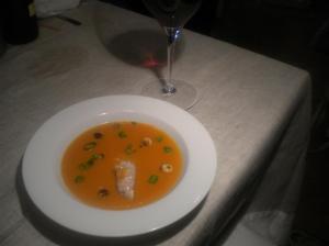 Cigala, salsa intensa de zanahorias con naranja y avellanas casiquemadas