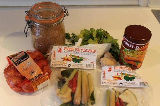 Ingredientes tailandeses para el consomé de Tom Yum