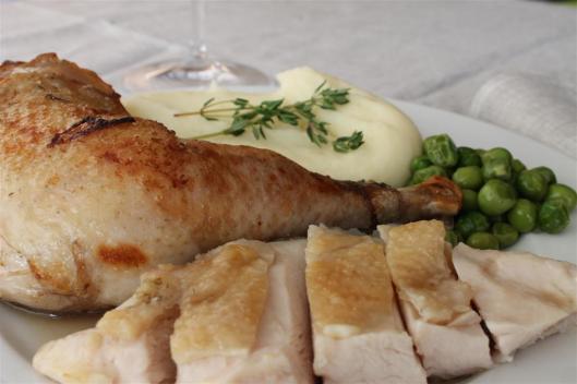 Pularda guisada y sous-vide con guisantes y puré de patatas de Heston Blumenthal