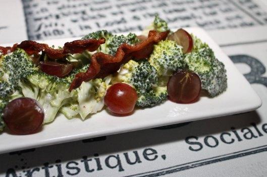 Ensalada de brécol con mayonesa agridulce, uvas y bacón