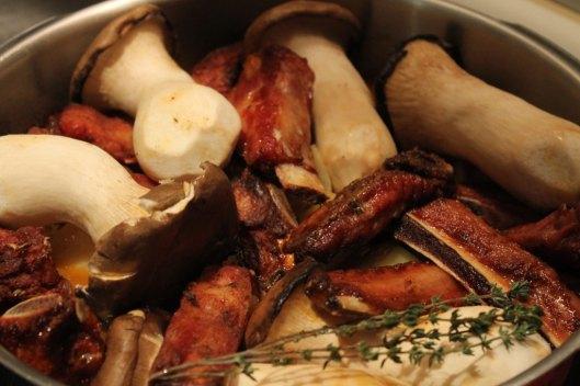 Patatas con setas y costillas, en la olla rápida