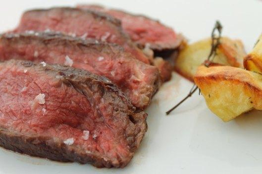 Chuletón de vaca con patatas al horno, emplatado