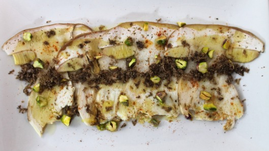 Carpaccio de boletus, pistachos, trufa negra y vinagreta de yuzu