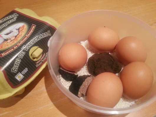 Huevos trufándose