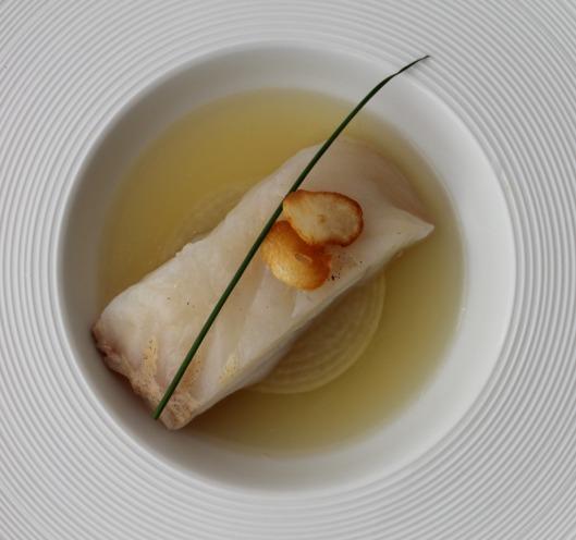 Merluza sous-vide a 45ºC, cebolla y fondo vegetal