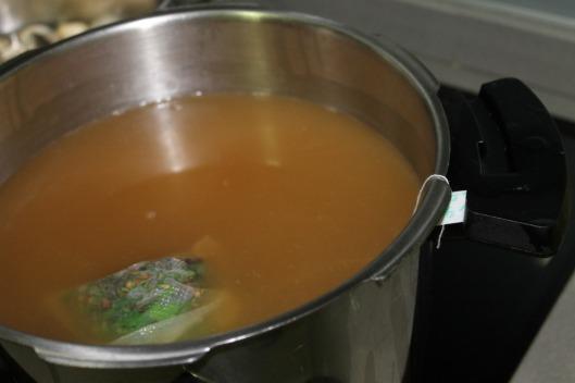 Aromáticos en caldo infusionando en bolsa de té