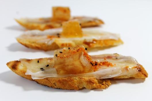 Tostadas de lardo con gelatina de cocido y shichimi tōgarashi