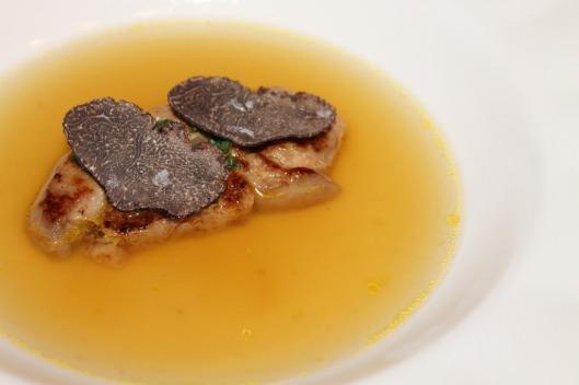 Consomé de pato a la vainilla con foie y trufa negra