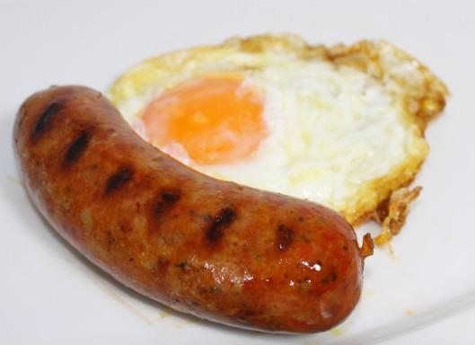 Huevo frito con chorizo fresco casero