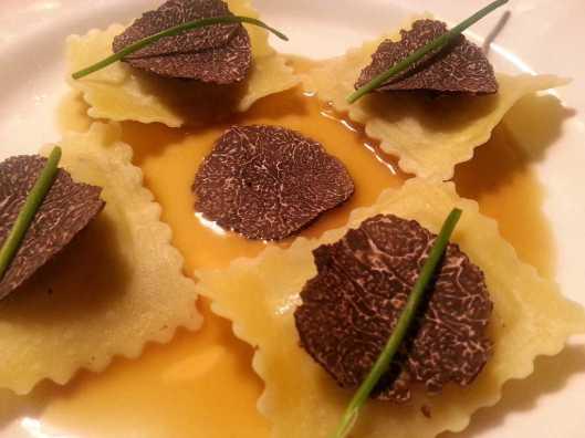 Ravioli de ricotta, trufa y boletus, salsa de ave, grasa de foie, y trufa negra