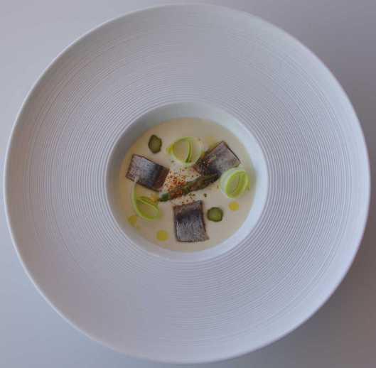 Ajoblanco a la trufa blanca, espárrago verde y sardina ahumada, cenital