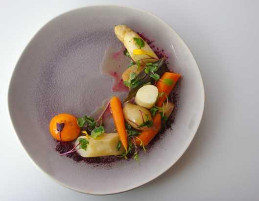 Escabeche de espárrago blanco, zanahoria, y chalota, con yema a 63ºC, cenital