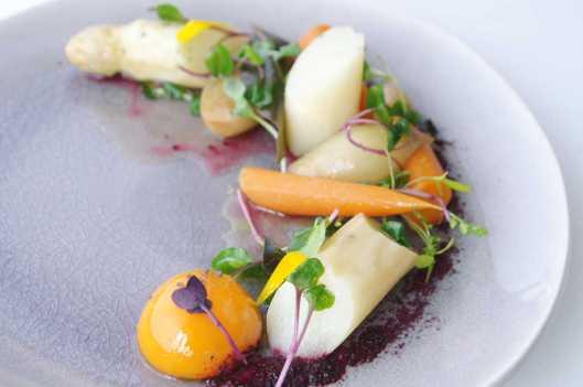 Escabeche de espárrago blanco, zanahoria, y chalota, con yema a 63ºC