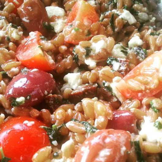 Ensalada de espelta, pesto, tomate, mozzarella y aceitunas kalamata