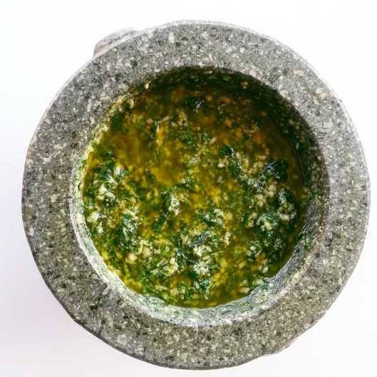 Salsa pesto en mortero tai
